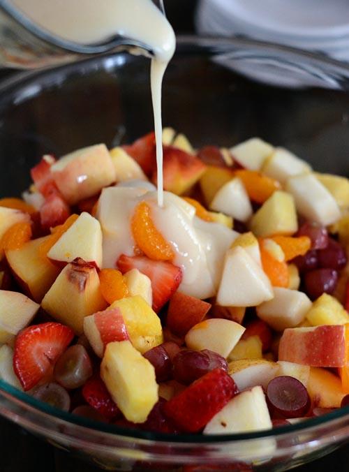 fruit-salad-pour-dressing